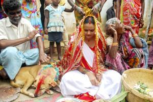wanita India menikahi anjing